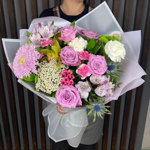 Букет с розами и альстромериями