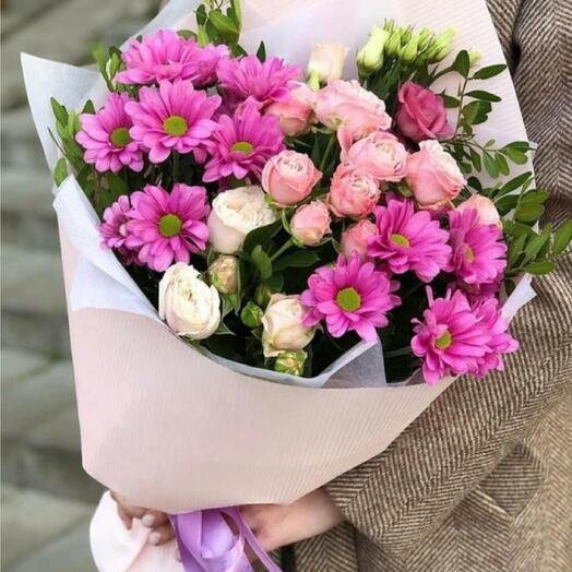 Букет из нежных кустовых роз и хризантем