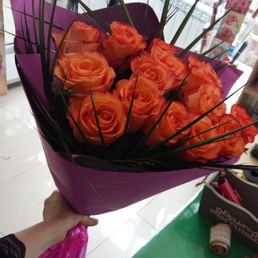 15 коралловых роз с зеленью в крафт бумаге: букеты цветов на заказ Flowwow