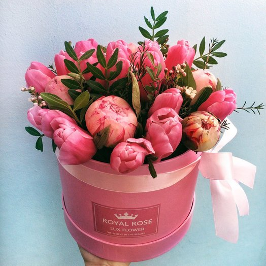 Пионы и тюльпаны в шляпной коробке: букеты цветов на заказ Flowwow