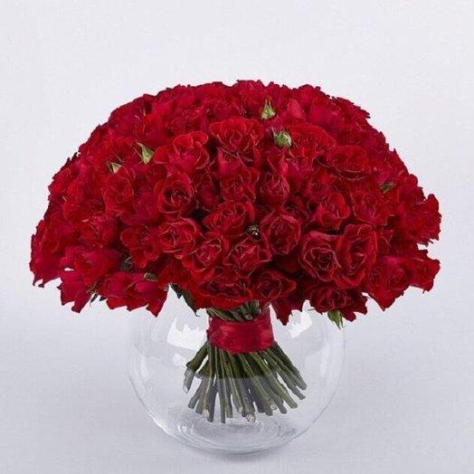 Красные кустовые розы в вазе: букеты цветов на заказ Flowwow