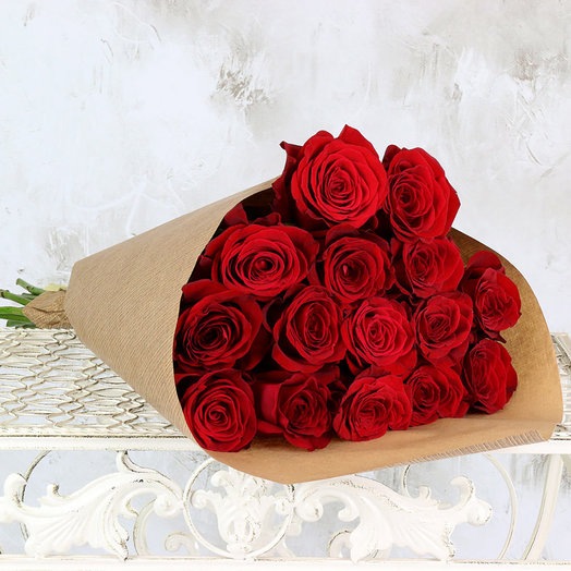 Букет из 15 красных роз 60 см в крафте