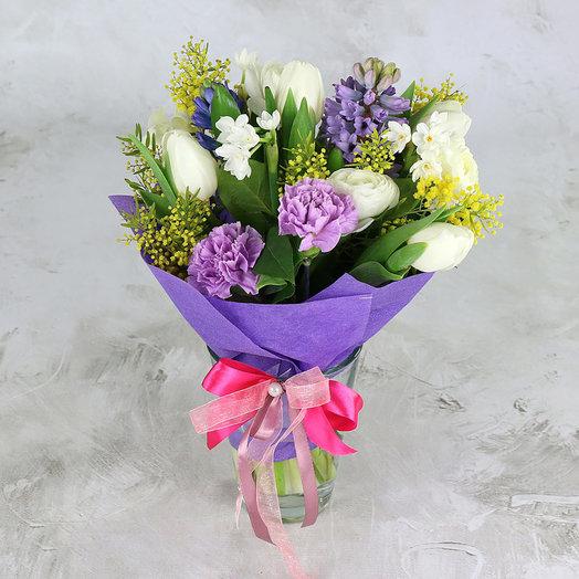 Букет из гиацинтов, тюльпанов и ранункулюсов в упаковке