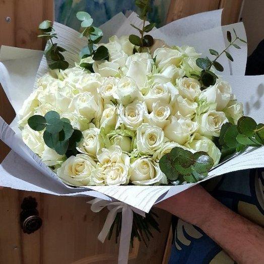 Асимметрия 55 роз. в дизайн упаковке с зеленью: букеты цветов на заказ Flowwow
