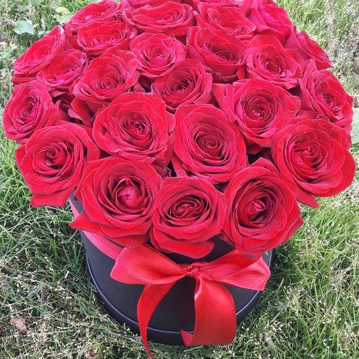 25 красных голландских роз в шляпной коробке: букеты цветов на заказ Flowwow
