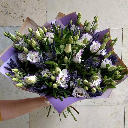 Букет из 19 веточек Эустомы с Зеленью и Лавандой: букеты цветов на заказ Flowwow
