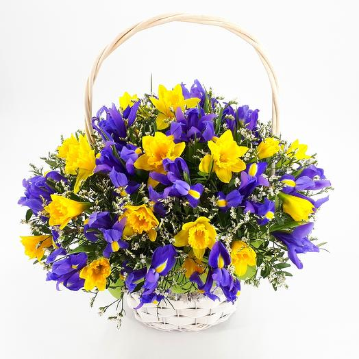 """Корзина """"Весенний сад"""" Ирис, лимониум, нарцисс: букеты цветов на заказ Flowwow"""