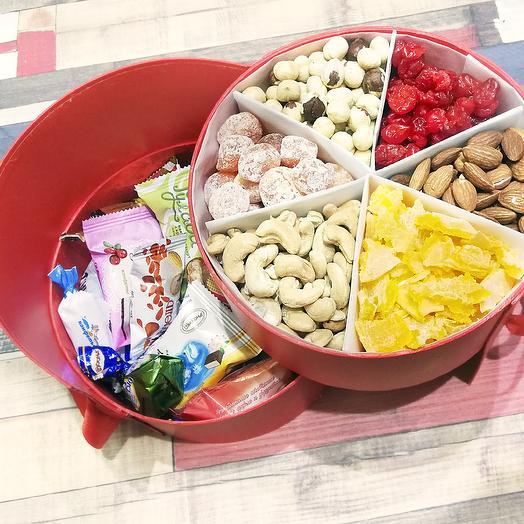 Круглая коробка с орехами и сухофруктами: букеты цветов на заказ Flowwow