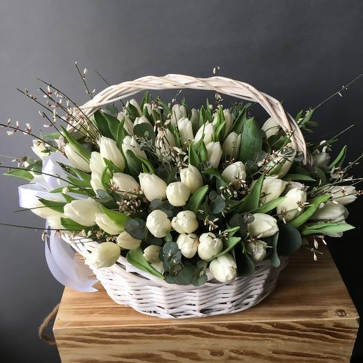 Корзина с белыми тюльпанными: букеты цветов на заказ Flowwow