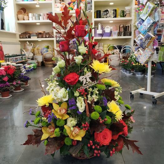 Торжественная корзина на 1 сентября для директора: букеты цветов на заказ Flowwow