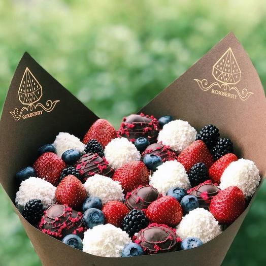 Букет из клубники, ягод и шоколада «Комбо» размер М в коричневой бумаге