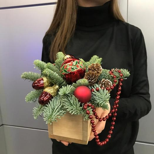 """Новогодняя композиция в деревянном ящике """"Рождественское чудо"""": букеты цветов на заказ Flowwow"""