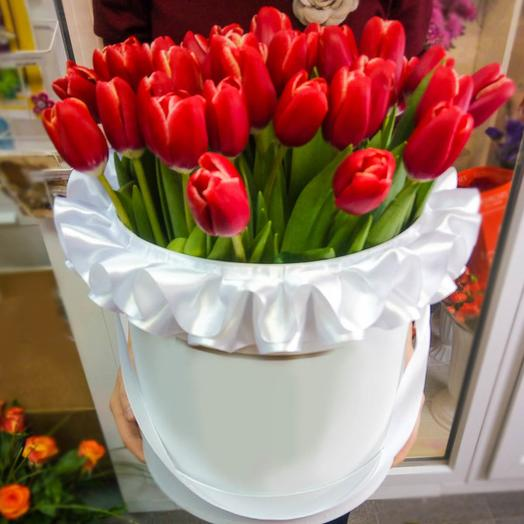 Шляпная коробочка с красными тюльпанами: букеты цветов на заказ Flowwow