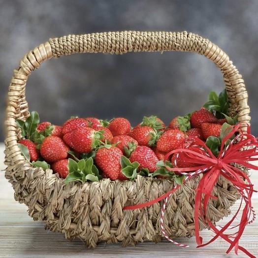 Корзинка с клубникой: букеты цветов на заказ Flowwow