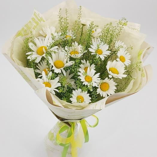 Садовые ромашки с зеленью тлапси Green Bell в крафте: букеты цветов на заказ Flowwow