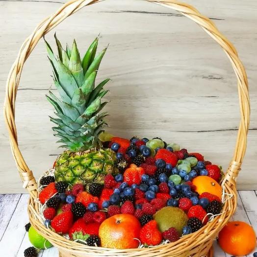 Корзина из ягод и фруктов