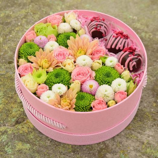 Коробочка Нежность с цветами и конфетами