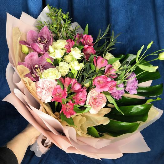 Сборный букет с орхидеями кустовой розой