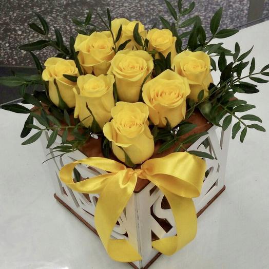 Розы в ящичке с колбами