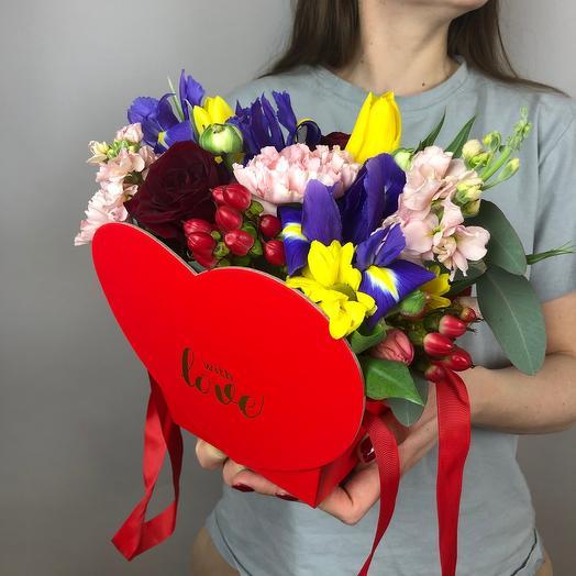 Красное сердце с цветами