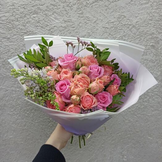 Букет с пионовидными розами, сиренью и розами