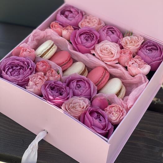 Коробочка Сюрприз с macarons и кустовой розой