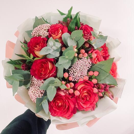 Букет с розой Игуазу и эвкалиптом