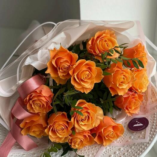Нежный букет из оранжево-персиковой розы