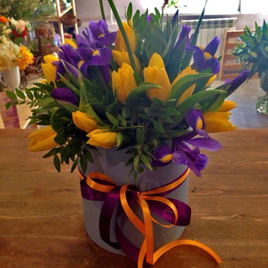Шляпная коробка с ирисами и тюльпанами: букеты цветов на заказ Flowwow