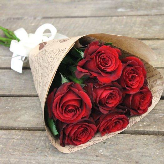 Букет из красных роз в крафт бумаге