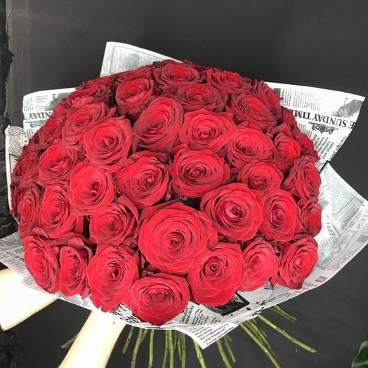 51 красная роза в крафтовой упаковке: букеты цветов на заказ Flowwow