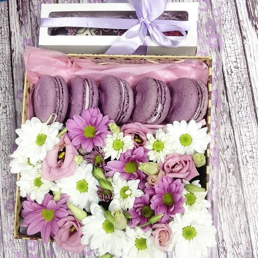 Цветы в коробке с макарунами и клубникой: букеты цветов на заказ Flowwow