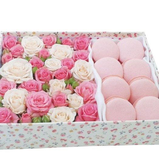 Коробочка с розами и макарунс: букеты цветов на заказ Flowwow