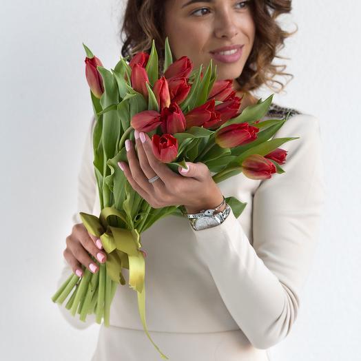 Букет из 27 красных тюльпанов: букеты цветов на заказ Flowwow