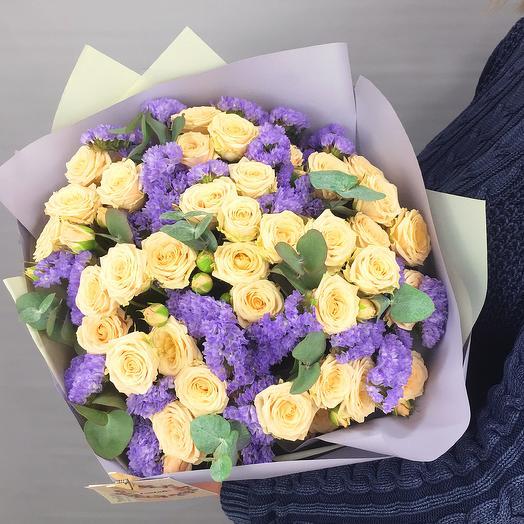 Букет из кустовых роз и статицы: букеты цветов на заказ Flowwow