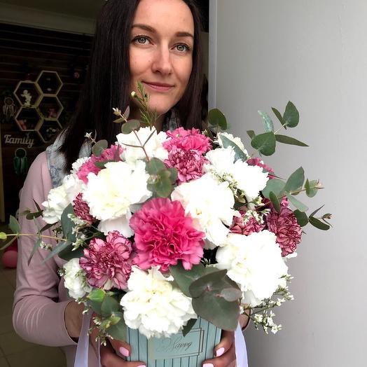 Коробка из гвоздик и эвкалипта: букеты цветов на заказ Flowwow