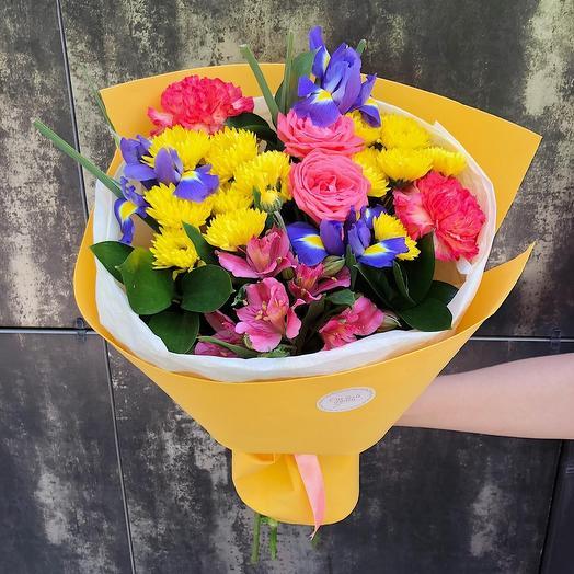 Яркий букет с ирисами и кустовой розой