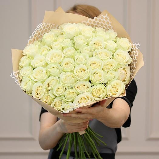 51 белая роза в матовой пленке: букеты цветов на заказ Flowwow