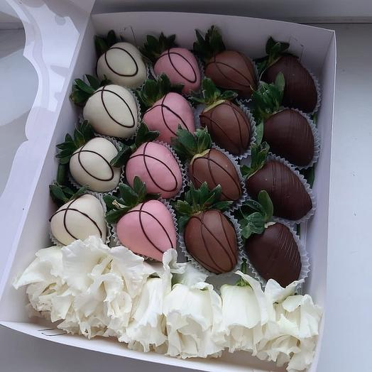 Клубника в шоколаде с розами M: букеты цветов на заказ Flowwow