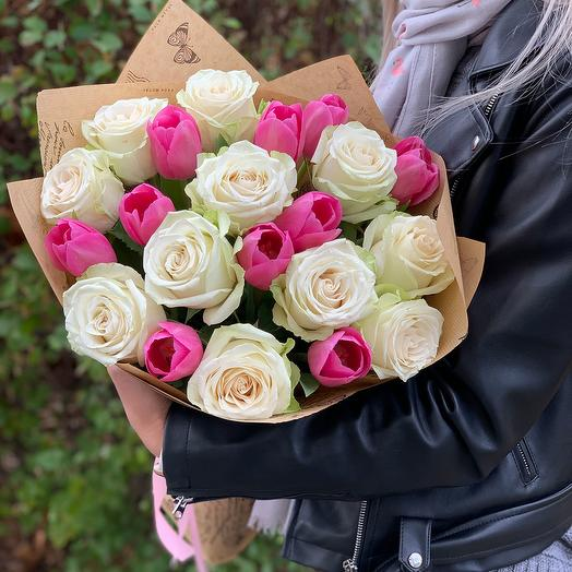 Букет из белых роз и розовых тюльпанов: букеты цветов на заказ Flowwow