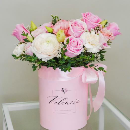 Композиция  из розовых роз в шляпной коробке