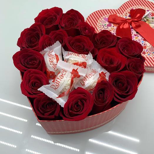 Сердце с рафаэлло и красными розами