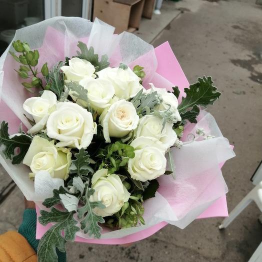 Букет из 15 белых роз с зеленью