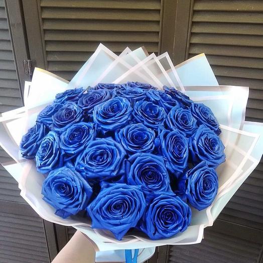25 синих голландских роз в оформлении