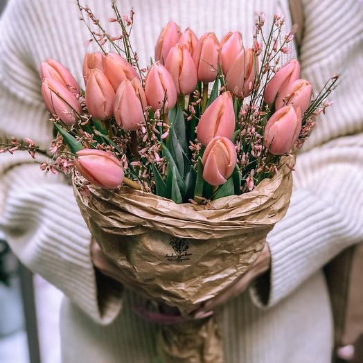 Букет тюльпанов с ароматной генистой