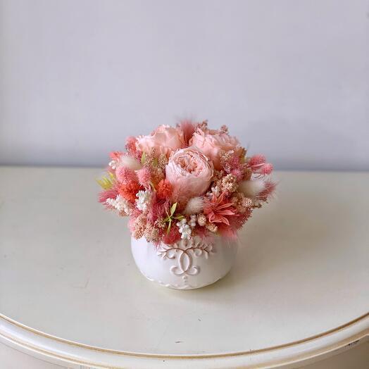 Композиция из стабилизированных цветов и сухоцветов