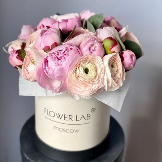 Цветы в коробке пионы и ранункулюсы