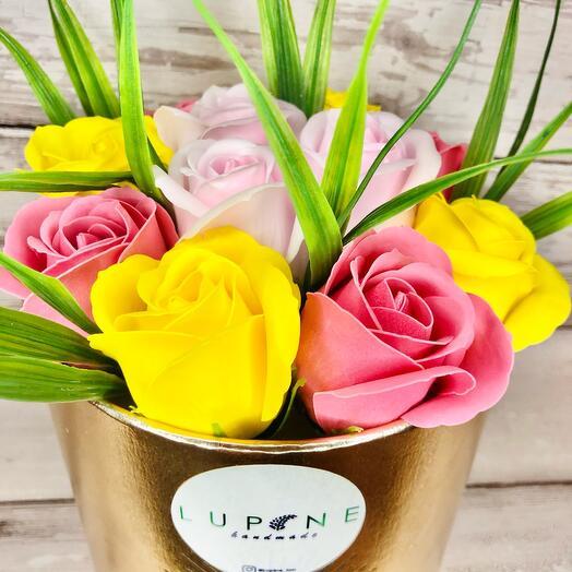 Букет «Солнечный день» из 11 мыльных роз в шляпной коробке