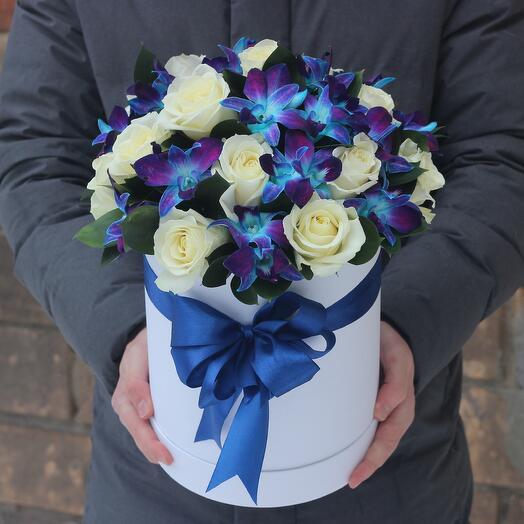 Белые розы и синие орхидеи в белой коробке