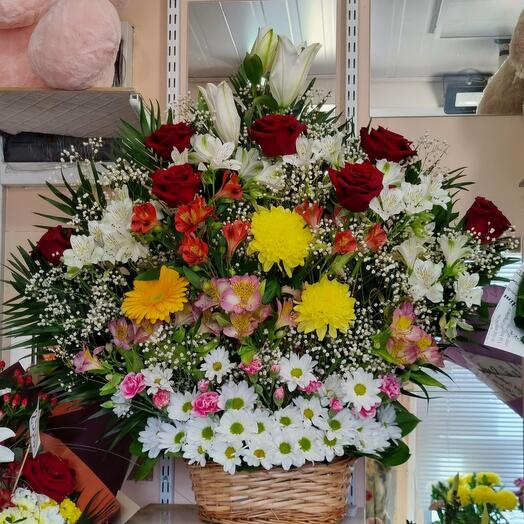 Огромная корзина с цветами